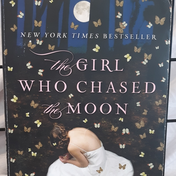 """Batam Books Other - Best Seller """"The Girl who chased the Moon """""""